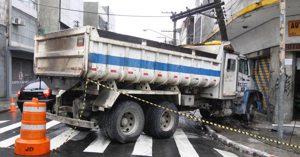 Caminhão bate em poste