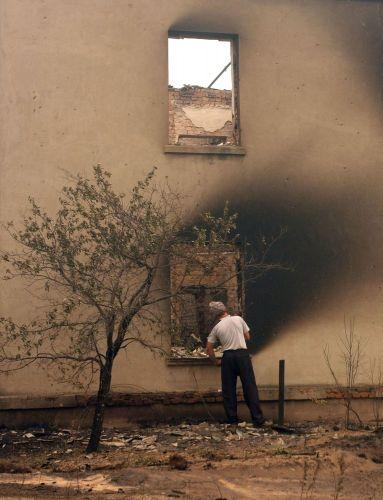 Homem inspeciona prédio