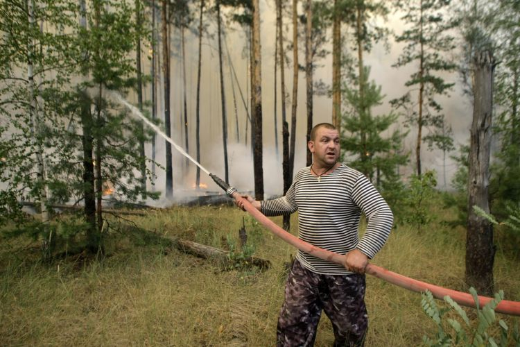 Homem tenta apagar fogo