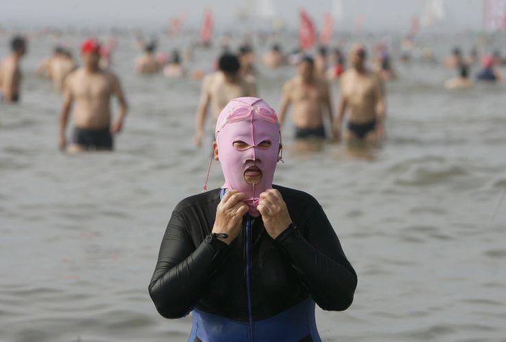 Chineses usam máscaras para se proteger do Sol
