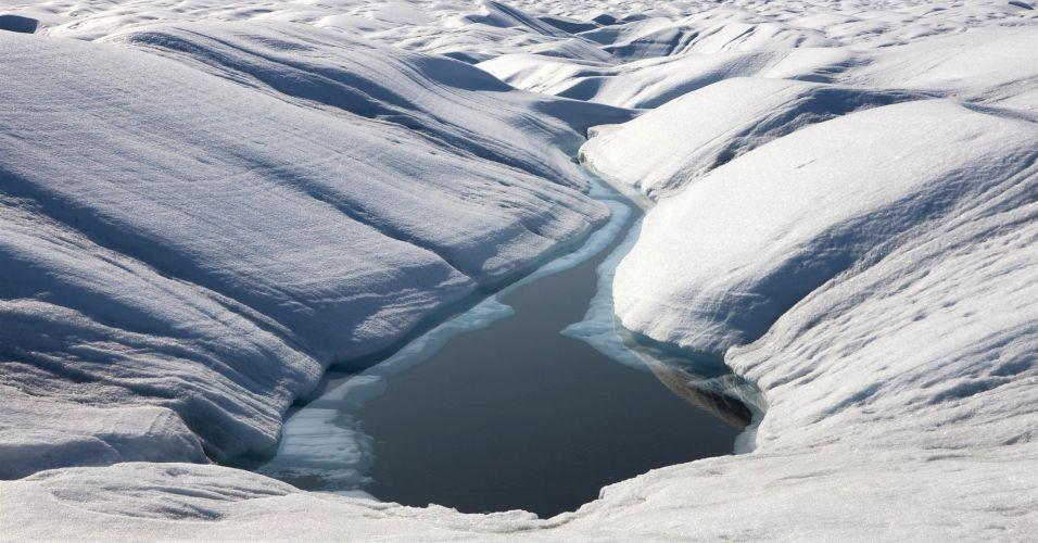 Iceberg gigante se solta de geleira na Groenlândia
