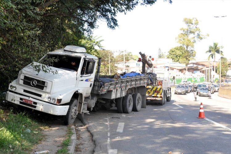 Caminhão capota na Raposo Tavares