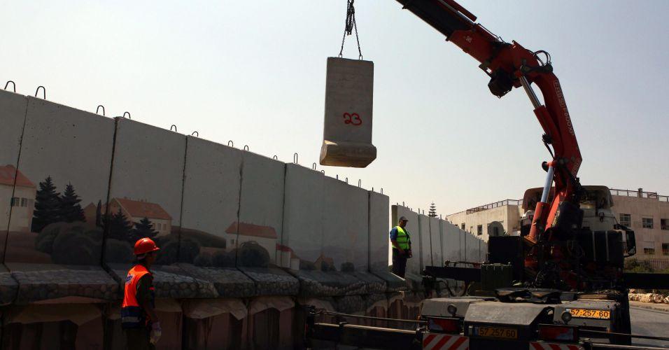 Muro em Israel é derrubado