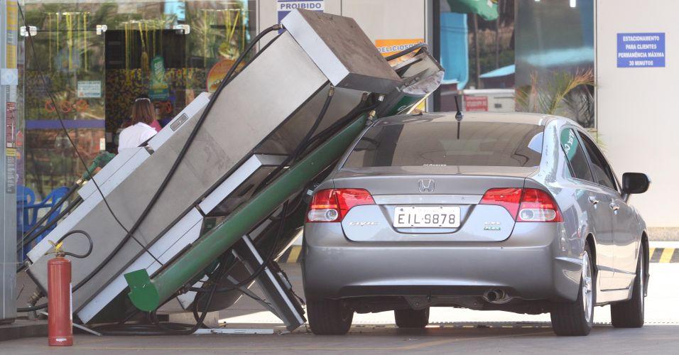 Bomba cai em carro