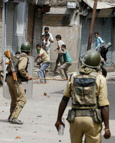 Manifestantes jogam pedras na polícia indiana