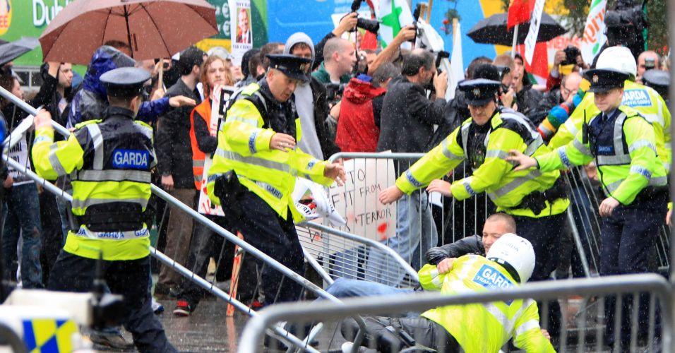 Blair recebido com protestos na Irlanda