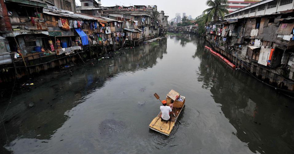 Homem navega em rio
