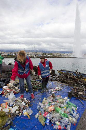 Lixo em lago de Genebra