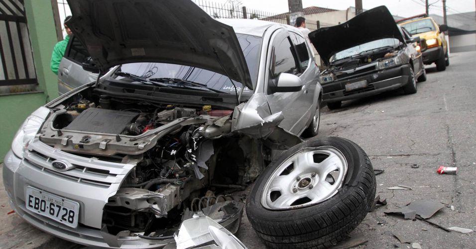 Motorista bate em carros estacionados