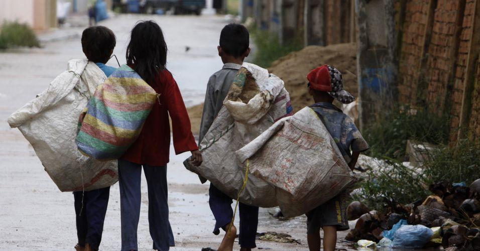 Crianças cambojanas coletam sucata
