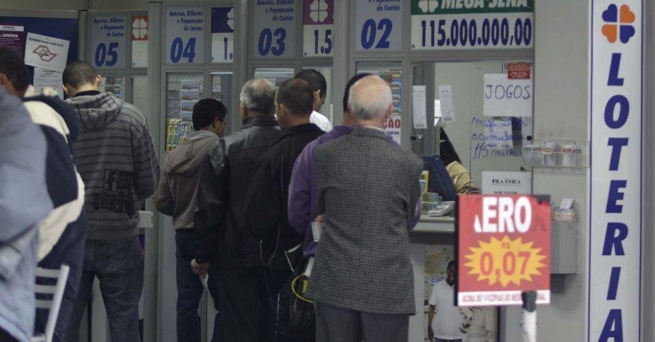 Filas nas lotéricas