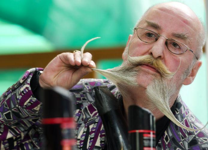 O alemão Stefan Bartl prepara sua barba no último dia 2, durante o Campeonato Europeu de Barba e Bigode, realizado em Leogang, na Áustria. Cerca de 120 homens de oito países disputaram os títulos em 17 excêntricas categorias -- de