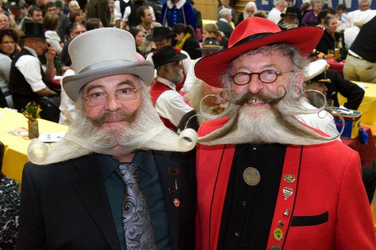 Hans Peter Weis (esq.) e Gerhard Knapp, ambos da Alemanha, participaram do Campeonato Europeu de Barba e Bigode, realizado em Leogang, na Áustria. Cerca de 120 homens de oito países disputaram os títulos em 17 excêntricas categorias -- de
