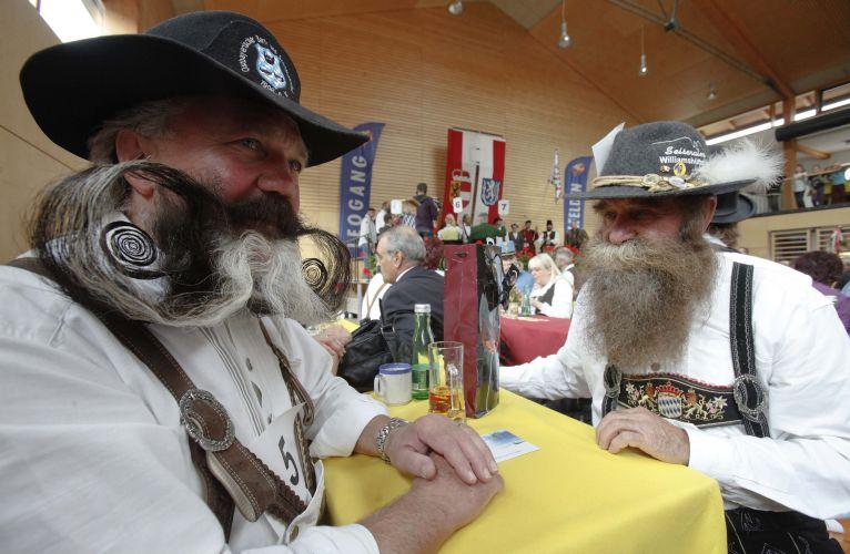 Participantes aguardam início do Campeonato Europeu de Barba e Bigode, realizado em Leogang, na Áustria, no último final de semana. Cerca de 120 homens de oito países disputaram os títulos em 17 excêntricas categorias -- de