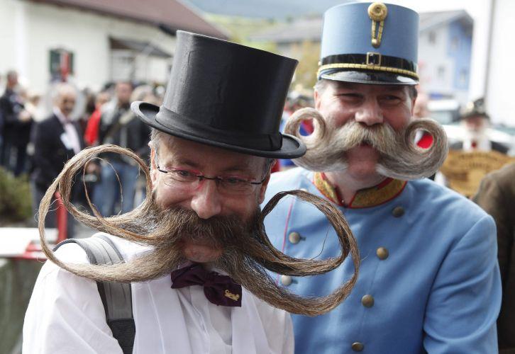 O alemão Juergen Burkhardt (esq.) e o austríaco Franz Mitterhauser participam do Campeonato Europeu de Barba e Bigode, realizado em Leogang, na Áustria, no último final de semana. Cerca de 120 homens de oito países disputaram os títulos em 17 excêntricas categorias -- de