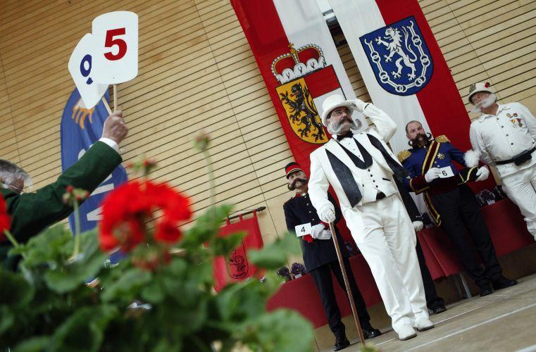 Jurados levantam as notas durante o Campeonato Europeu de Barba e Bigode, realizado em Leogang, na Áustria, no último final de semana. Cerca de 120 homens de oito países disputaram os títulos em 17 excêntricas categorias -- de