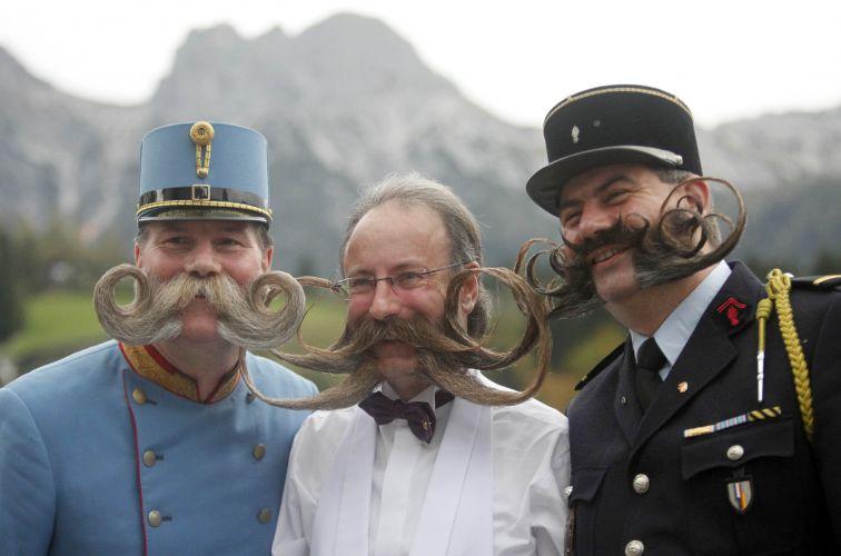 (Esq. para dir.) O austríaco Franz Mitterhauser, o alemão Juergen Burkhard e o francês Herve Diebolt posam para fotografia durante o Campeonato Europeu de Barba e Bigode. Os três foram premiados no concurso