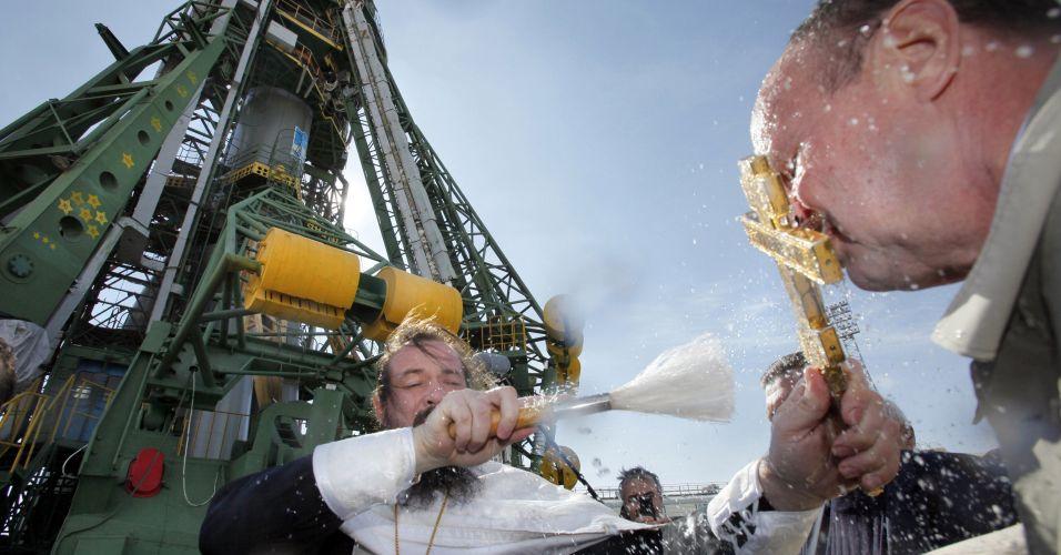 Padre ortodoxo abençoa nave espacial