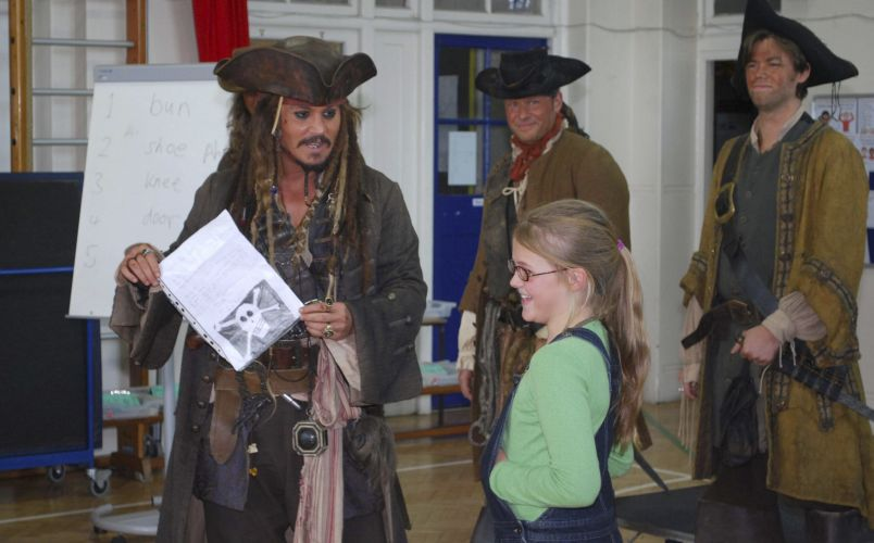 Johnny Depp visita escola