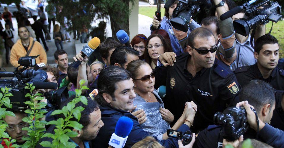 Cantora espanhola chega para julgamento