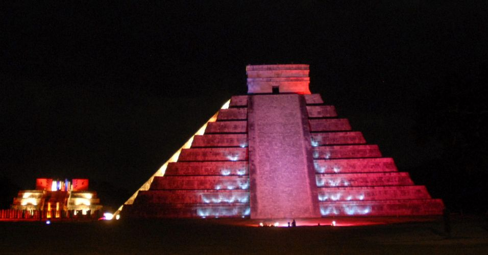 Pirâmide é iluminada no México