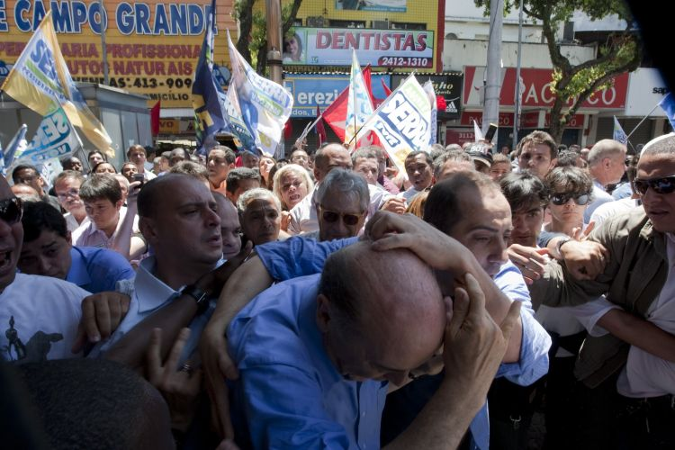 Serra é agredido no Rio