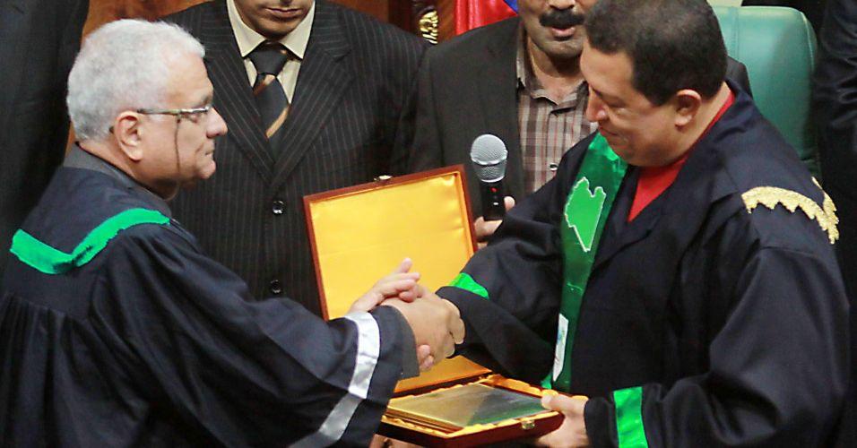 Chávez recebe doutor honoris causa