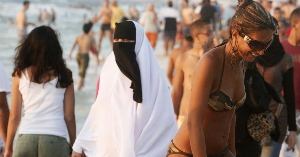 Niqab e biquina na praia