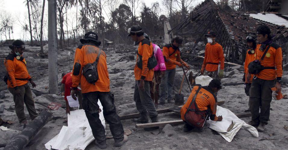 Indonésios recolhem documentos de vítimas do Merapi