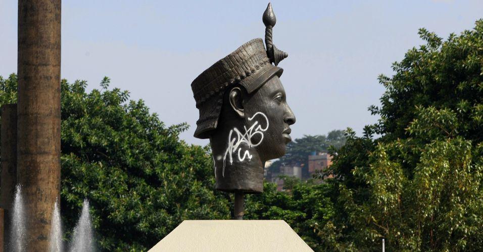 Estátua de Zumbi pichada