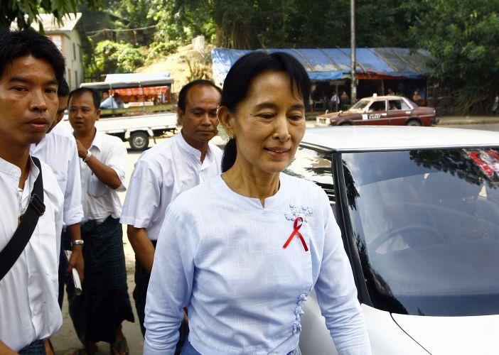 Líder de Mianmar participa de reunião
