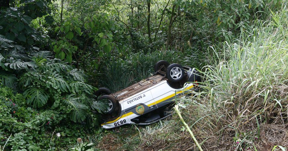 Ladrão algemado rouba carro da polícia
