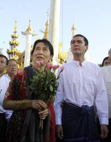 Aung San Suu Kyi passeia com o filho