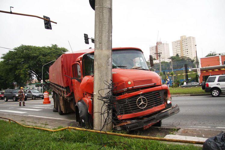 Caminhão bate em poste em SP