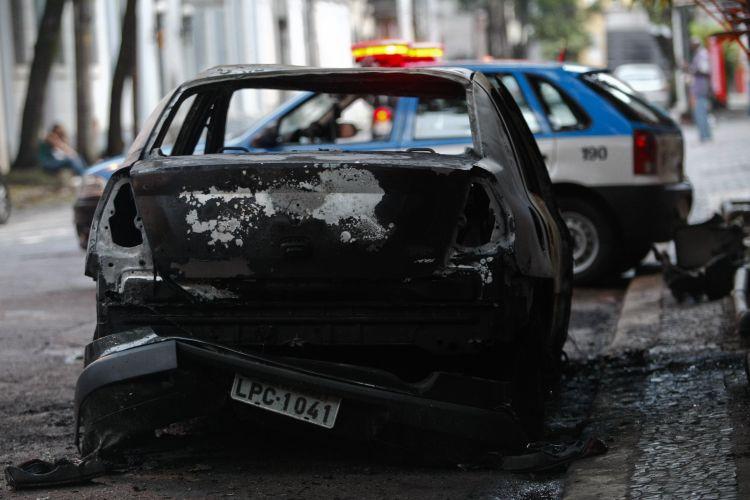 Carro incendiado no Rio de Janeiro