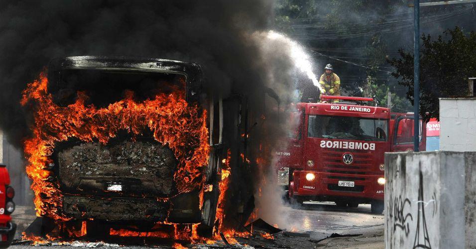 Ônibus incendiado no RJ