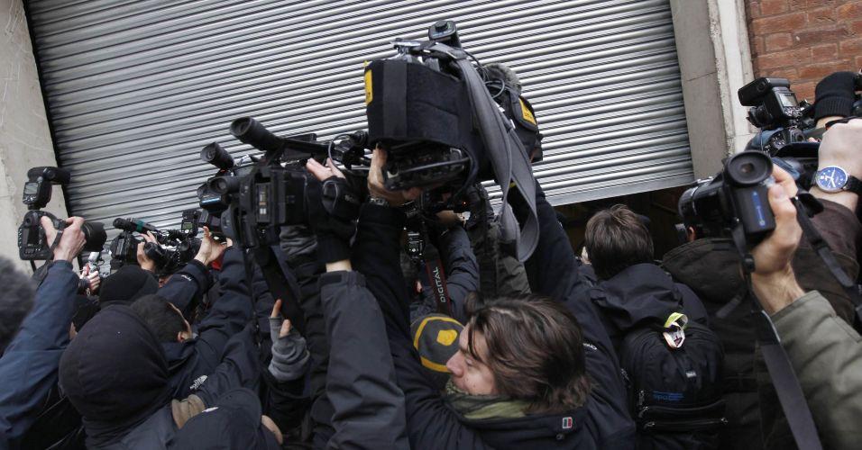 Imprensa se aglomera em entrada lateral da corte de Westminster, em Londres, para flagrar a chegada de Julian Assange.O fundador do WikiLeaks chegou à corte de Westminster, em Londres, às 12h47 (10h47, horário de Brasília) acompanhado de seus advogados Mark Stephens e Jennifer Robinson, após se apresentar voluntariamente à uma delegacia de polícia em Londres na manhã desta terça-feira (7)