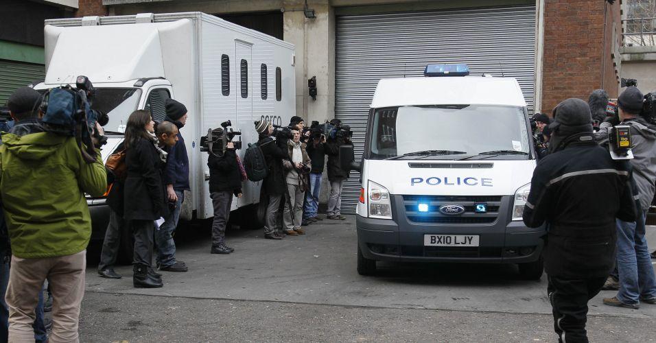 Imprensa aguarda chegada de Julian Assange à corte de Westminster, em Londres.O fundador do WikiLeaks chegou à corte de Westminster, em Londres, às 12h47 (10h47, horário de Brasília) acompanhado de seus advogados Mark Stephens e Jennifer Robinson, após se apresentar voluntariamente à uma delegacia de polícia em Londres na manhã desta terça-feira (7)
