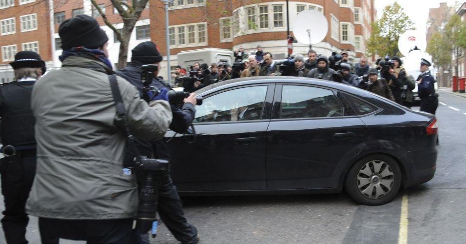 O fundador do WikiLeaks, Julian Assange, chegou à corte às 12h47 (10h47, horário de Brasília) acompanhado de seus advogados Mark Stephens e Jennifer Robinson, após se apresentar voluntariamente à uma delegacia de polícia em Londres na manhã desta terça-feira (7)