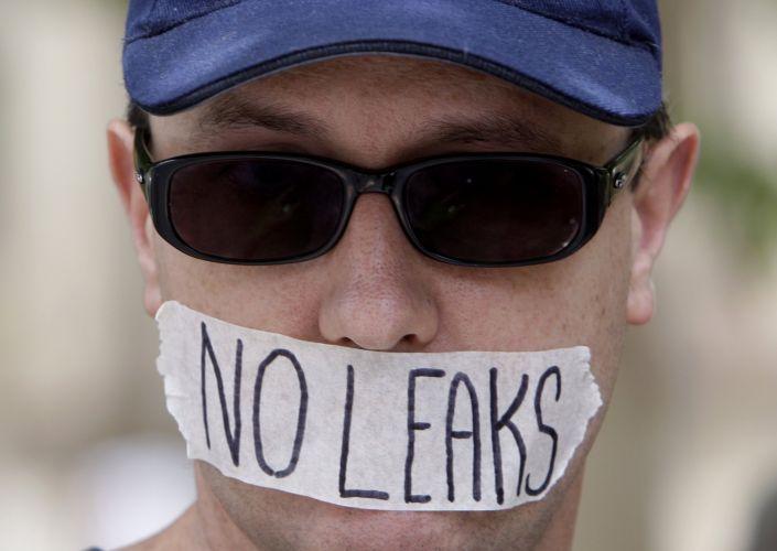 Manifestante usa fita sobre a boca em protesto contra a prisão do fundador do site WikiLeaks, Julian Assange, nesta sexta-feira (10) , em Sydney, na Austrália