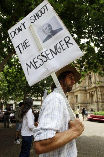 Homem segura cartaz em protesto a favor do fundador do site WikiLeaks, Julian Assange, em Sydney, na Austrália, nesta sexta-feira (10)