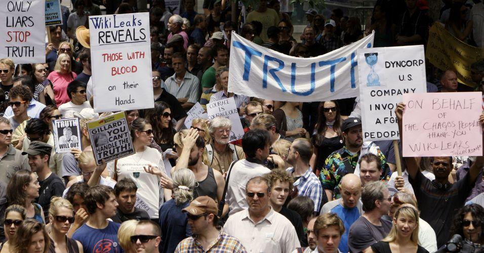 Manifestantes fazem protesto contra prisão do fundador do site WikiLeaks, Julian Assange, em Sydney, na Austrália, nesta sexta-feira (10)