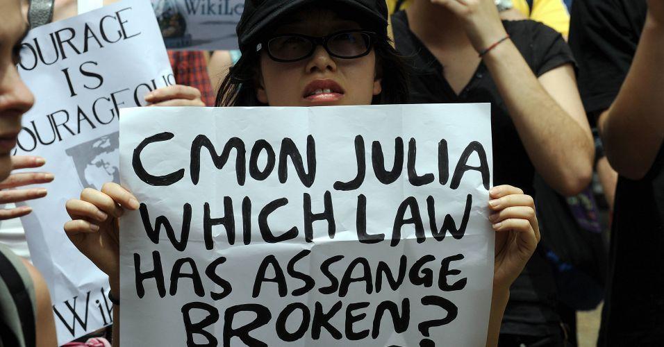 Mulher participa de protesto contra prisão do fundador do site WikiLeaks, Julian Assange, em Sydney, na Austrália, nesta sexta-feira (10)