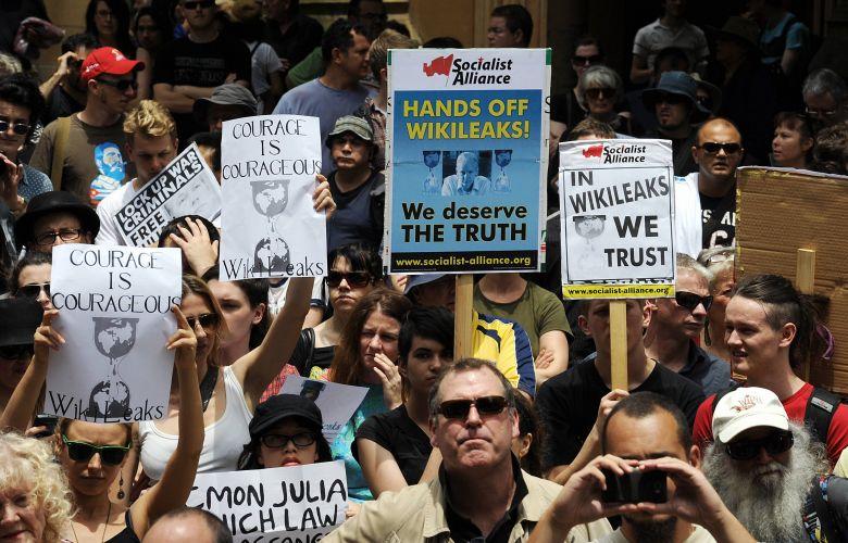 Centenas de australianos participam de protesto contra a prisão do fundador do site WikiLeaks, Julian Assange, em Sydney, na Austrália, nesta sexta-feira (10)