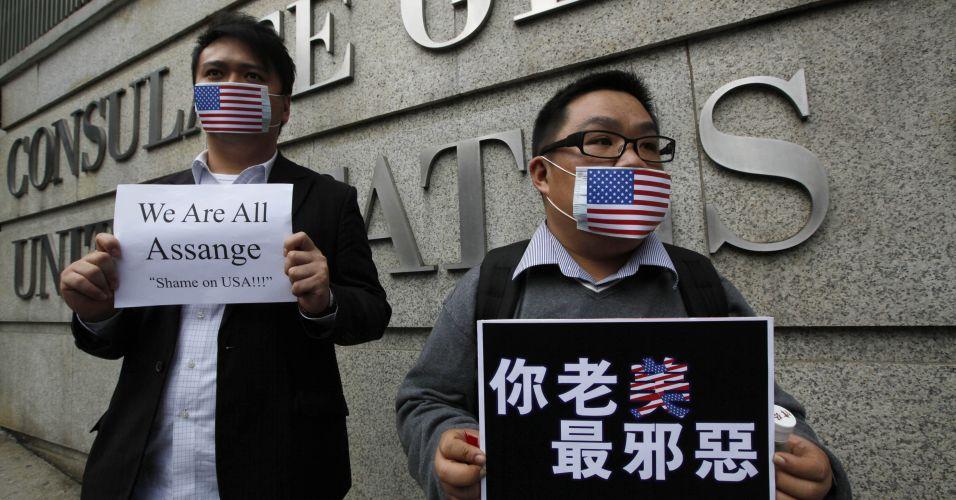 Manifestantes usam máscaras com a bandeira dos Estados Unidos para protestar contra a prisão do fundador do site WikiLeaks, Julian Assange, durante protesto em frente ao Consulado dos EUA em Hong Kong