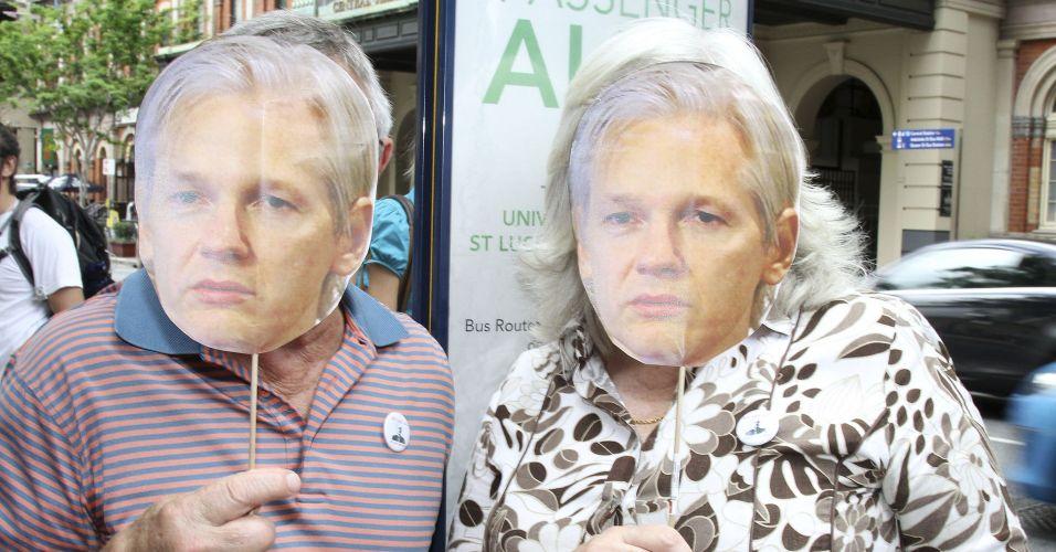 Manifestantes usam máscara com foto de Julian Assange. Centenas de australianos participam nesta sexta-feira (10) de protesto contra a prisão do fundador do site WikiLeaks na Austrália