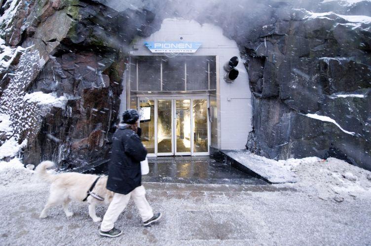 Em um bairro elegante de Estocolmo, um morro coberto de neve com uma igreja no topo esconde um bunker antinuclear que abriga um centro de informática futurista, onde estão guardados oito mil servidores, dois deles pertencentes ao site WikiLeaks