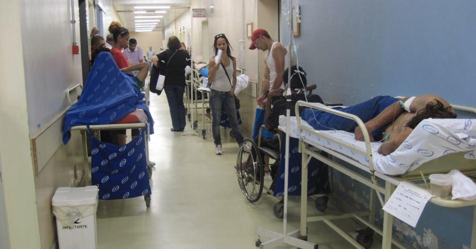 Hospital atende pacientes no corredor em SP