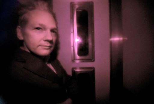 Assange chega para depor