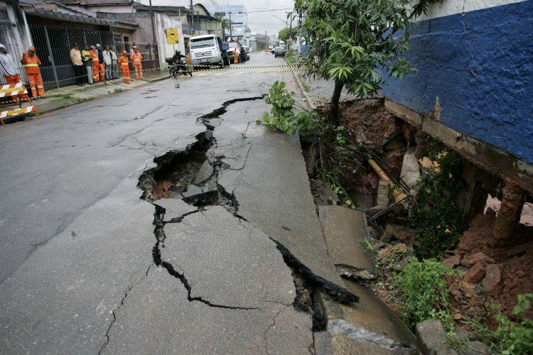 Cratera em rua de São Paulo